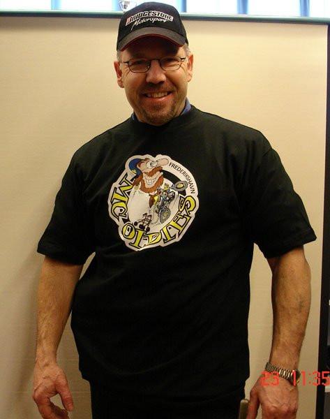 T-shirt med logo foran